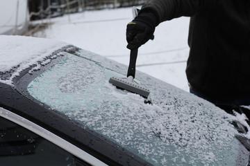 Eis kratzen an der Windschutzscheibe im Winter