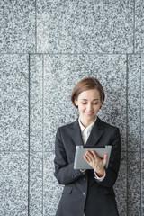 タブレットPCを使う女性(ビジネスイメージ)