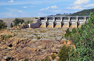 Stores à enrouleur Barrage Radial Spillway gates of Wyangala Dam at the junction of the Lachlan and Abercrombie Rivers, central west region, NSW, Australia. Built for flood mitigation, hydroelectricity and irrigation