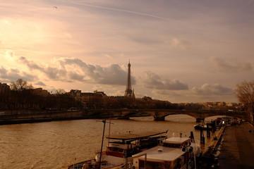 le moment de crépuscule à Paris