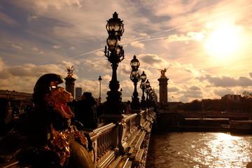 Sur le pont d'Alexandre III à Paris