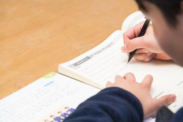 試験勉強をする子供 / 入学試験のイメージ