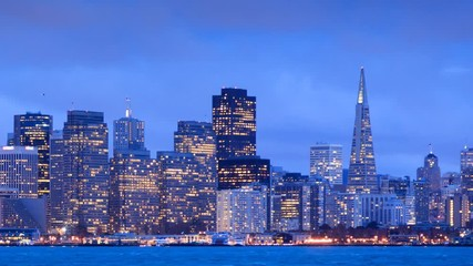 Fotobehang - San Francisco skyline at dusk, zoom in on city. Timelapse.