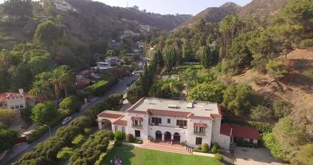 Fotobehang - Low altitude aerial flight over historic Wattles Mansion in Los Angeles. 4K UHD