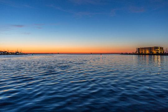 Sonnenuntergang am Hafen von Warnemünde an der Ostsee