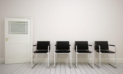 Wartezimmer mit schwarzer Stuhlreihe und Tür zum Zimmer