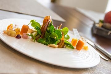 gesunder grüner Salat im Restaurant