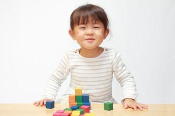 積み木で遊ぶ幼児(3歳児)
