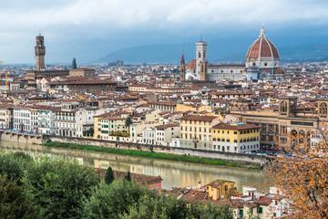 フィレンツェ ドゥオーモとアルノ川沿いの町並み