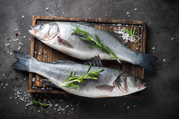 Foto auf AluDibond Fisch Fresh fish seabass on black background.