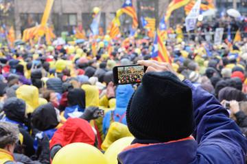 Fotografiando la multitud de la manifestación de catalanes  en Bruselas, Bélgica