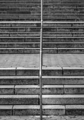 Steintreppe mit Metallgeländer
