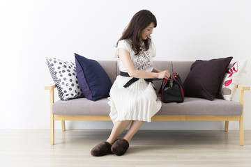 バッグの中を確認するミドル女性