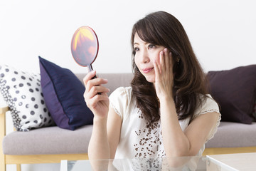 鏡を見るミドル女性
