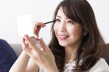 化粧をするミドル女性