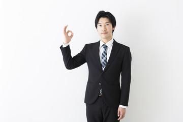 ジェスチャーする若いビジネスマン