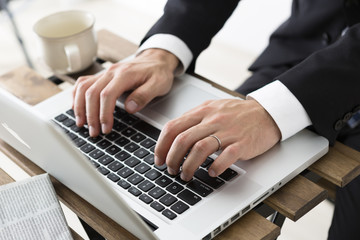 ノートパソコンを使う若いビジネスマン