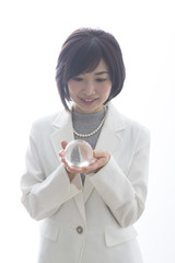 ガラス玉を持つ女性