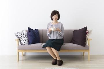 ソファに座るミドル女性