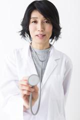 聴診器を使う女医