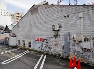 日本の古い建物に描かれた落書き