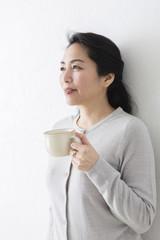 コーヒーを飲むミドル女性