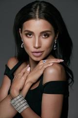 Jewelry Fashion. Beautiful Woman Wearing Diamonds.