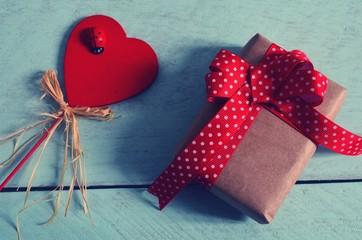 Hölzernes Herz und ein Geschenk
