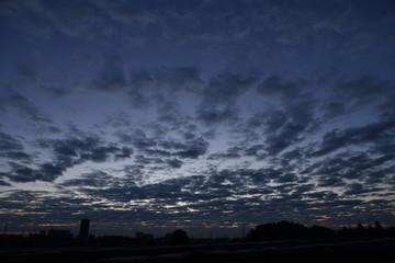 朝、まだ薄暗い空