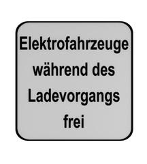 Deutsches Verkehrszeichen (Zusatzschild): Elektrofahrzeuge während des Ladevorgangs frei (Text in deutsch), auf weiß isoliert.