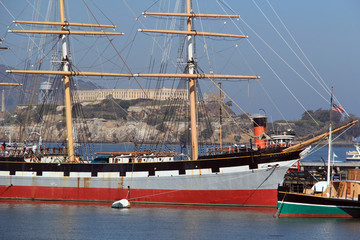 Altes Segelschiff mit Blick auf Alcatraz am Fishermans Warf.Where: San Francisco, USA.When: 20.06.2017.