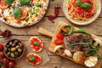 composizione su tavolo rustico di cibo tradizionale Italiano