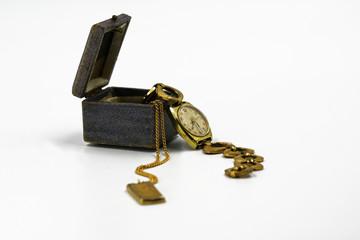 Schmuck-Etui mit goldener Armbanduhr und Goldkette