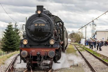 Historische Eisenbahn wird am Bahnhof bestaunt