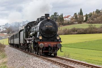 Historische Eisenbahn auf freier Strecke