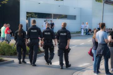 Polizei-Patroulie auf öffentlicher Straße von hinten
