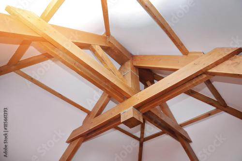 intérieur maison toit pentu charpente poutre en bois\