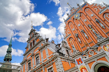 Schwarzhäupterhaus und Petri-Kirche am Rathausplatz in Riga, Lettland