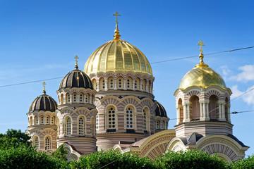 Kuppeln der Kathedrale der Russisch-Orthodoxen Kirche in Riga, Lettland