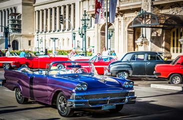 HDR - Amerikanischer blauer Ford Cabriolet Oldtimer auf der Strasse vor dem Gran Teatro in Havana City Cuba - Serie Cuba Reportage