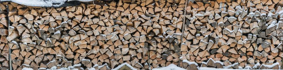 Photo sur Aluminium Texture de bois de chauffage Panorama of snowy firewood as a background or texture