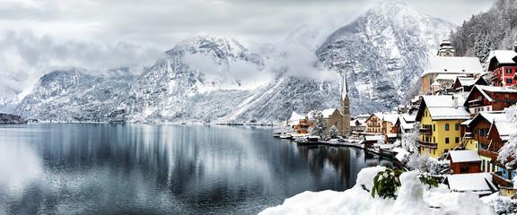Das Weltkulturerbe Dorf Hallstatt in den tief verschneiten Alpen von Österreich Wall mural