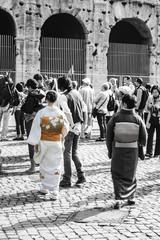 Geisha mood in fila al Colosseo, Roma