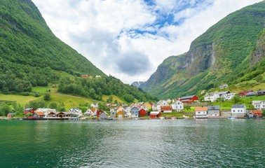 Fjord und Dorf in Norwegen