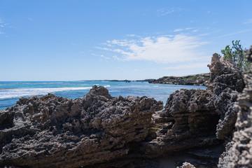 Meerblick über einer Felsklippe in eine Bucht