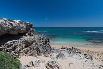 Blick aufs Meer mit Felsgestein in der linken Bildhälfte