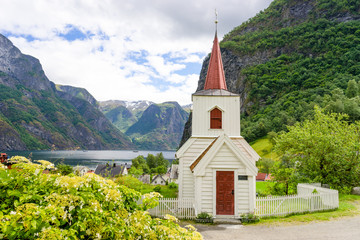 Kleine Stabkirche in Undredal am Fjord in Norwegen