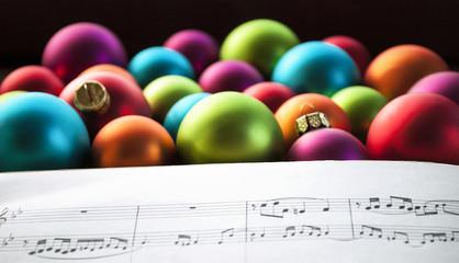Musiknoten mit vielen bunten Weihnachtskugeln, Weihnachten, xmas
