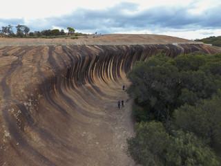 Touristen besichtigen Waverock in West-Australien - Luftaufnahme