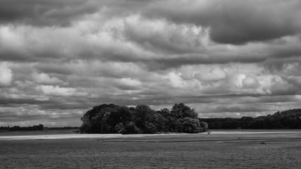 Une des nombreuses iles de la Loire avec ciel dramatique NB